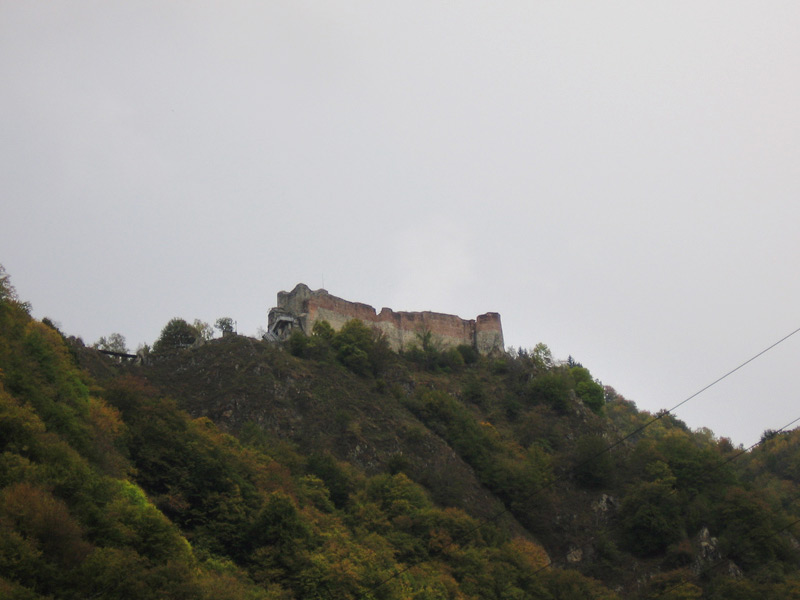 A zoomed-in view of Cetatea Poenari, aka Castle Poenari.